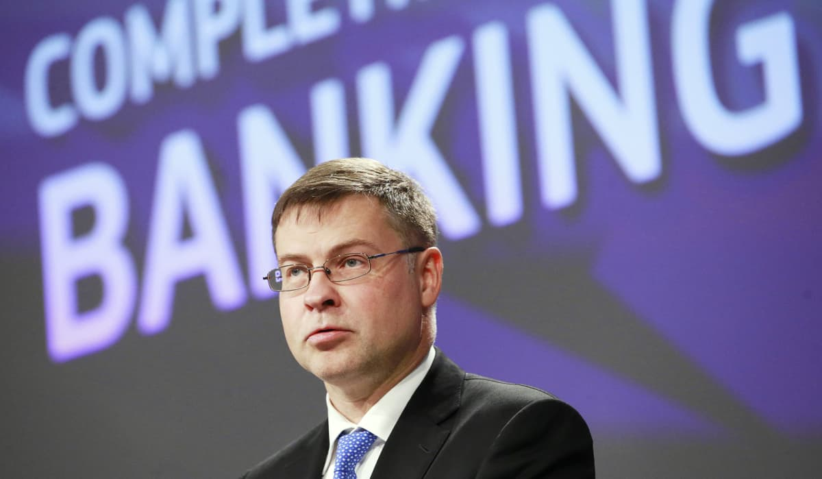 Valdis Dombrovskis puhuu tiedotustilaisuudessa.