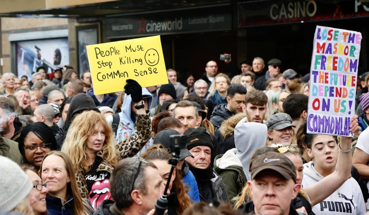 Koronarajoituksia vastustavia mielenosoittajia Lontoossa.
