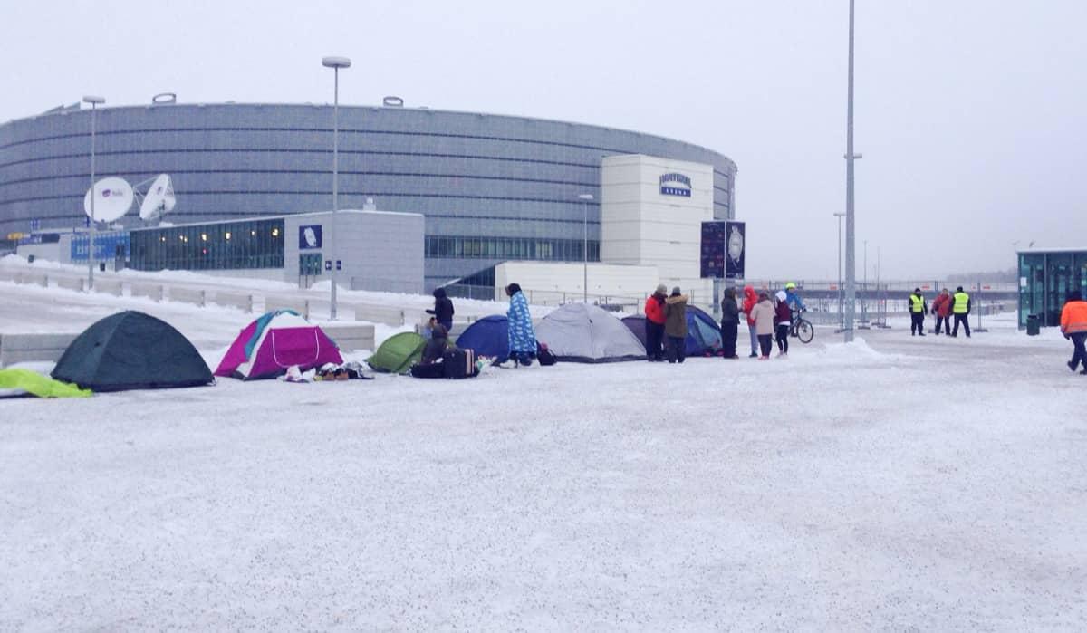 Fanit telttojen kanssa .