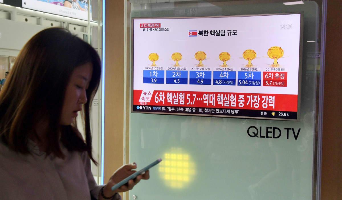 Televisionäyttö Soulissa, Etelä-Koreassa 3. syyskuuta, jolla grafiikkaa Pohjois-Korean tekemistä ydinkokeista.