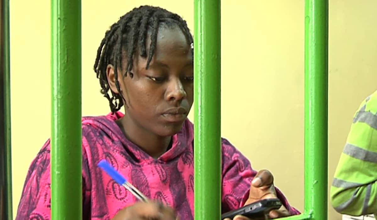 Mary Muthoni, on töissä M-Pesa-kioskissa, jossa puhelimeen voi ladata käteistä.