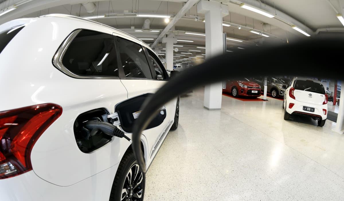 Mitsubishi Outlander PHEV -hybridi  myynnissä Delta Auto Herttoniemi -autoliikkeessä Helsingissä.