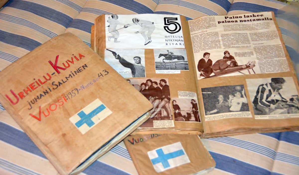 Kuvassa Juhani Salmisen vanhoja leikekirjoja.