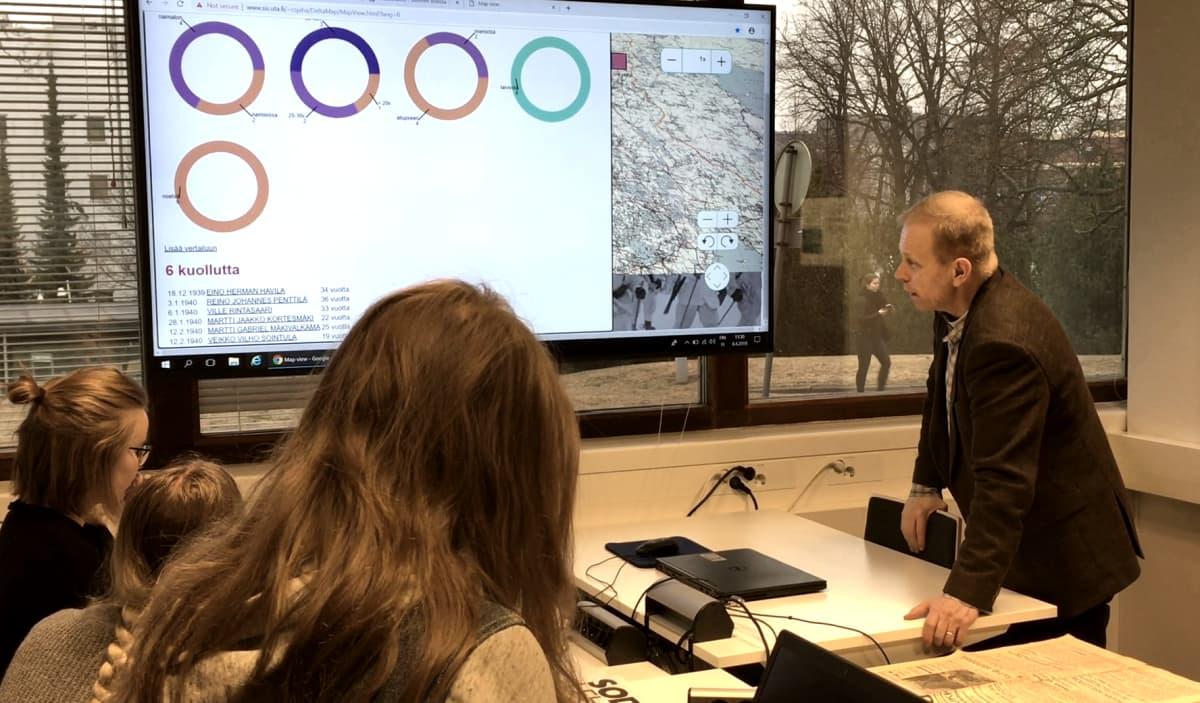 Historian opettaja Juha Heinonen opastaa oppilaita.