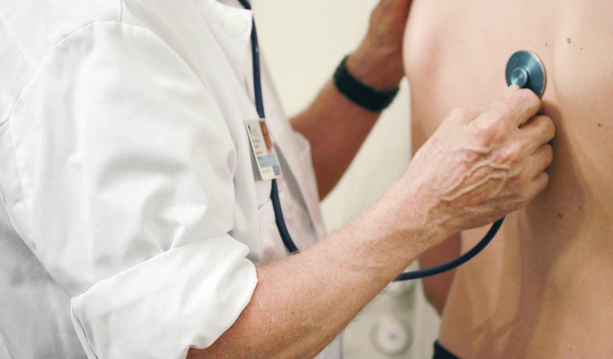 Lääkäri kuuntelee potilaan keuhkoja.