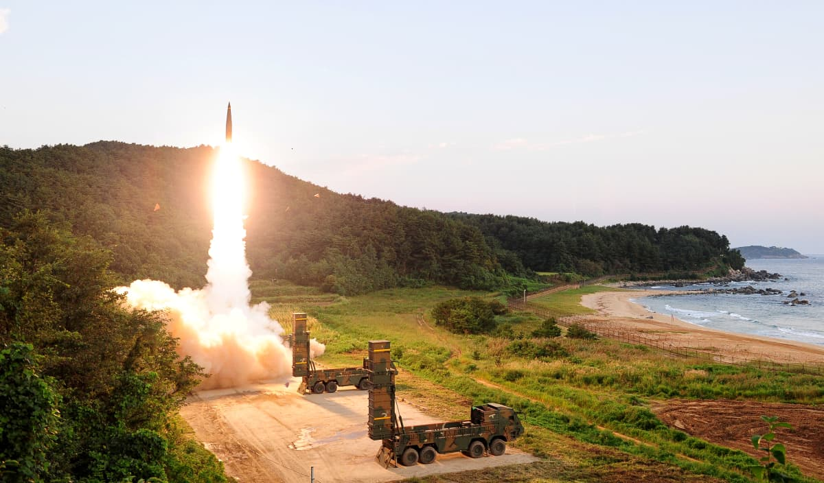 Etelä-Korean armeija ampui ballistisen Hyunmoo 2 -ohjuksen harjoituksessa maan rannikolla 4. syyskuuta 2017.
