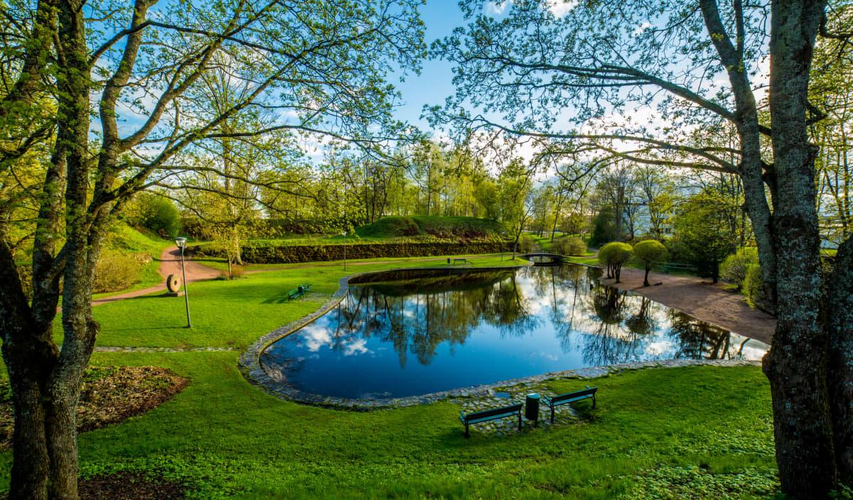 Kesällä otettu kuva Ankkalammesta Haminan Kesäpuistossa