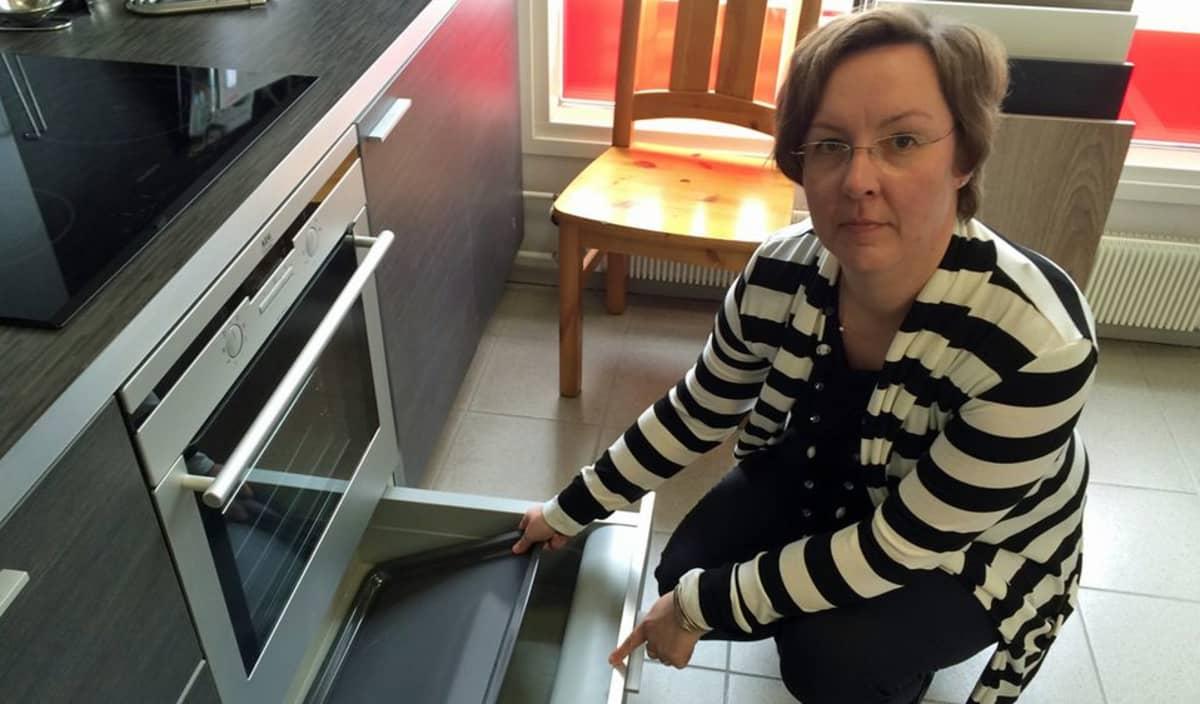 Minna Autio-Tuomainen esittelee uunia.