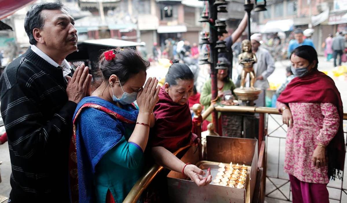 Kathmandussa rukoiltiin temppelin edustalla viikko maanjäristyksen jälkeen.