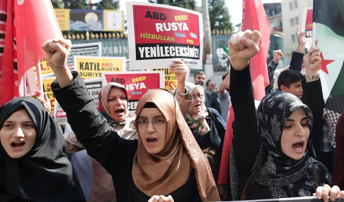 Venäjän läsnäoloa Syyriassa vastustavat mielenosoittajat huusivat Venäjän presidentin Vladimir Putinin vastaisia iskulauseita Istanbulissa lauantaina.