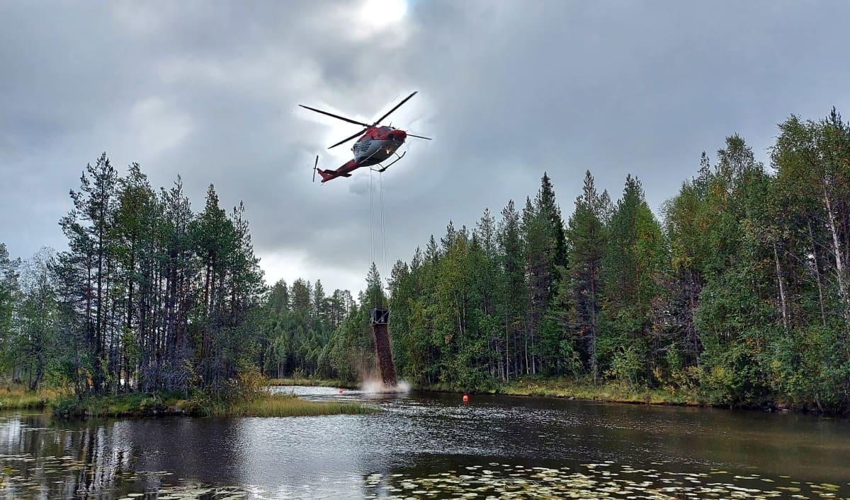 Helikopteri tuo soraa Livojoen Niskakoskeen.