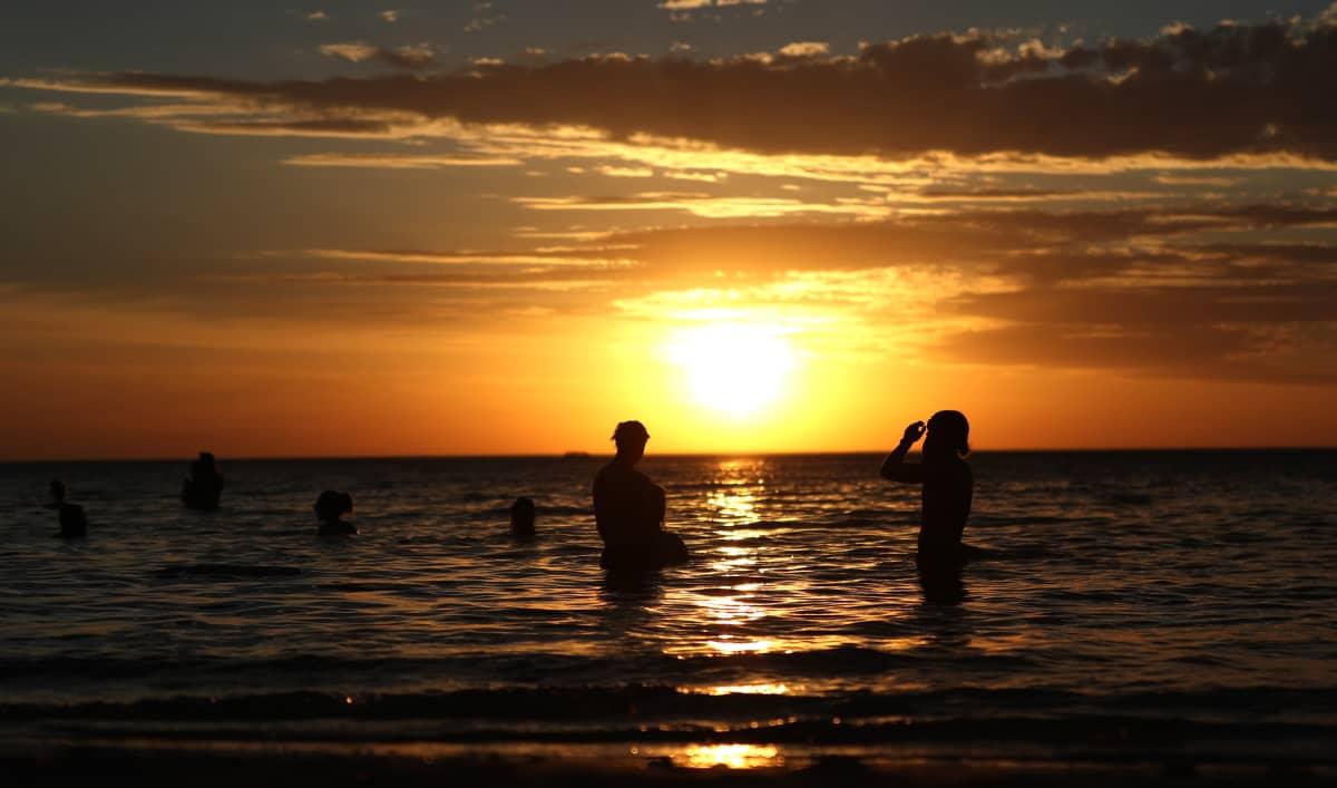 Ihmisiä rantavedessä Adelaidessa Australiassa.