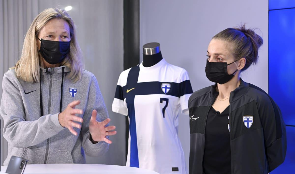 Päävalmentaja Anna Signeul ja pelaaja Essi Sainio Helmarien tiedotustilaisuudessa.