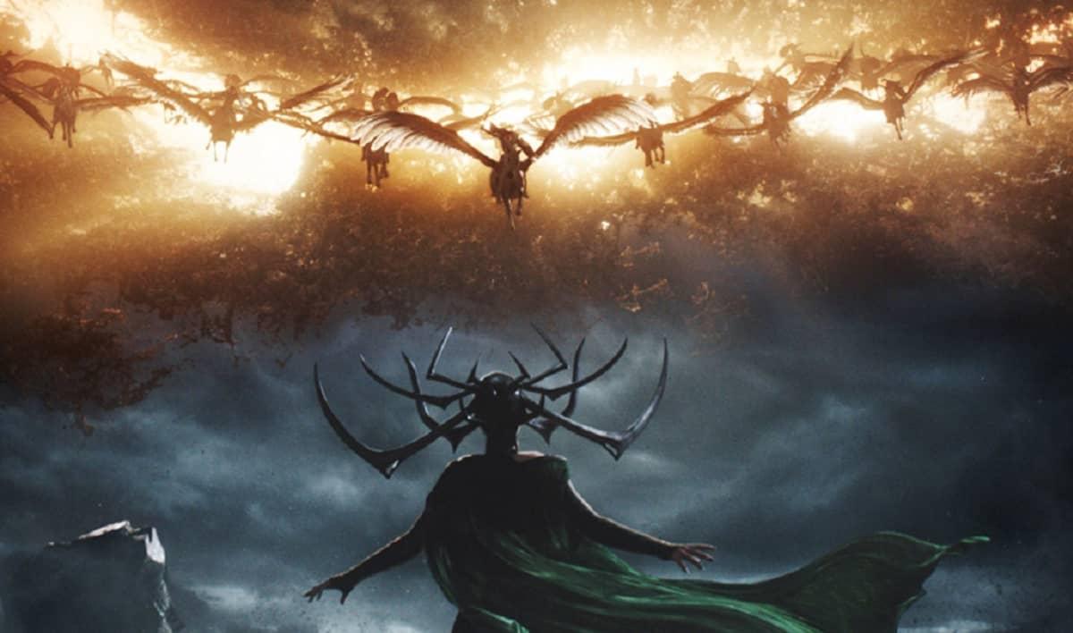 Siivekkäitä olentoja hyökkää tuliselta taivaalta, edessä seisoo kädet levällään ja viitta liehuen kahdeksansarvinen jumalatar Hela.