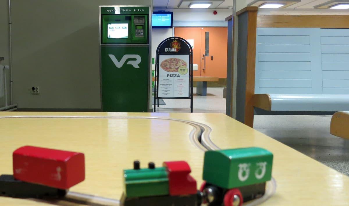 Rovaniemen rautatiesema, lipunmyyntiautomaatti