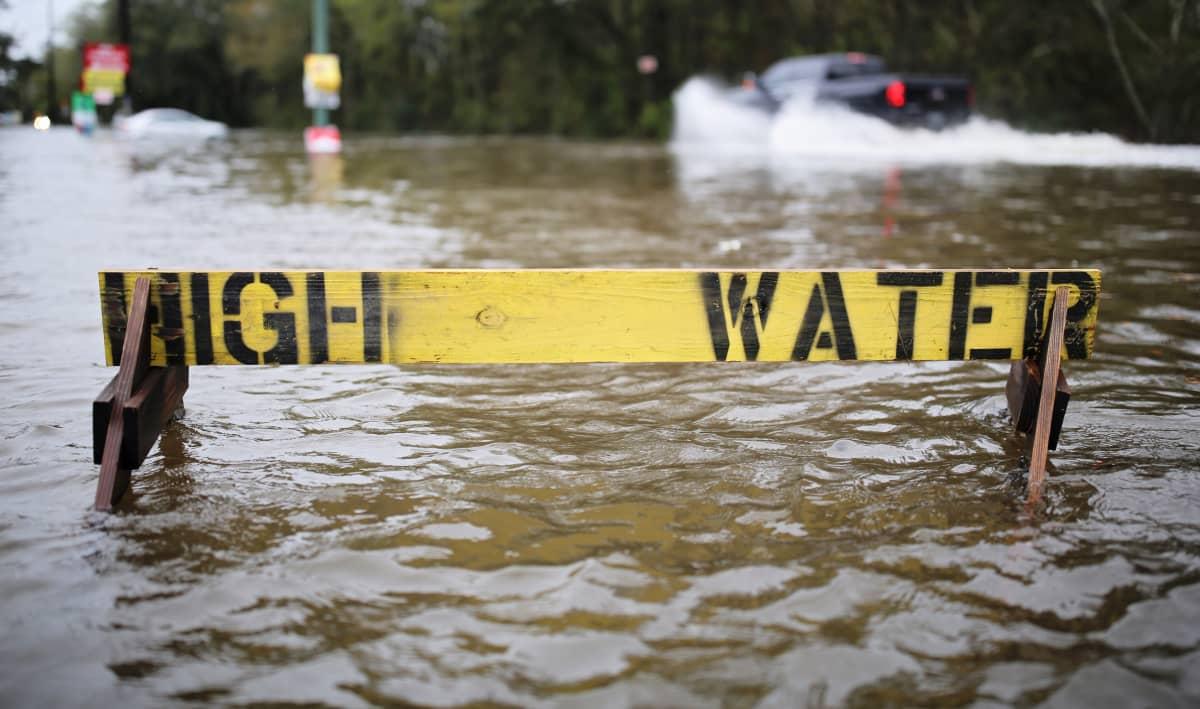 """Kuvassa osittain veden alla oleva merkki, jossa lukee """"high water"""""""
