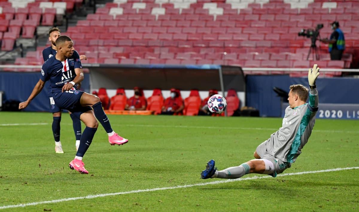Kylian Mbappé joutuu toteamaan Manuel Meuerin vahvemmaksi. Neuer torjuu Mbappén vedon hienolla jalkatorjunnallaan.