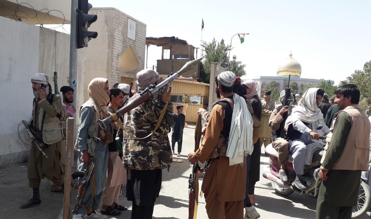 Taliban-taistelijat kerääntyneenä yhteen taistelun jälkeen.