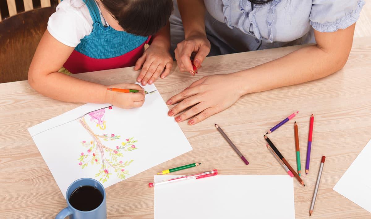 aikuinen ja lapsi piirtävät