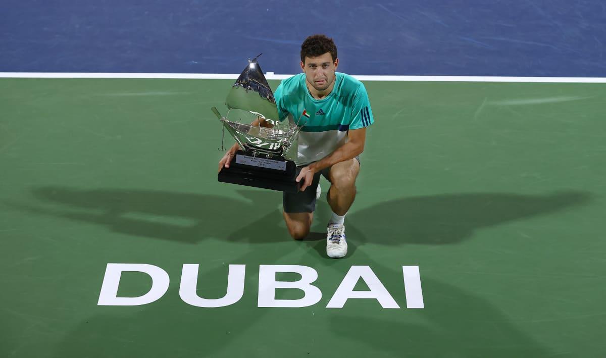 Aslan Karatsev pitelee Dubain voittopokallia