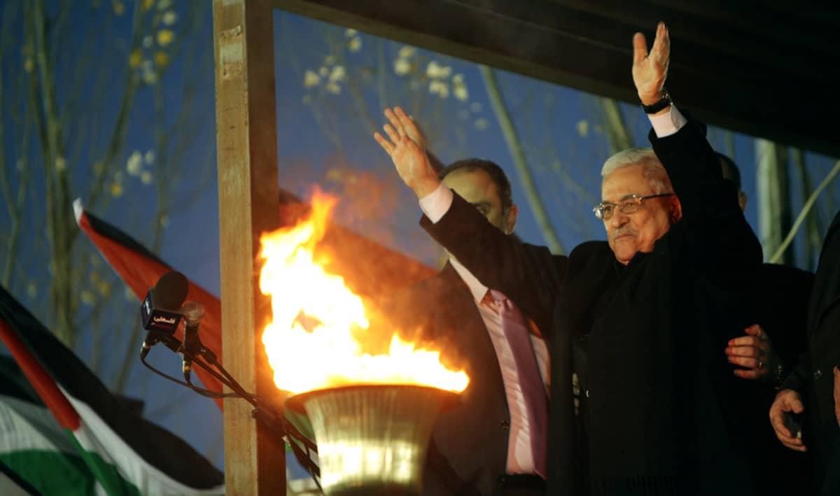 Palestiinalaisten presidentti Mahmud Abbas tervehti kannattajiaan uudenvuoden aattona Ramallahissa, Länsirannalla.