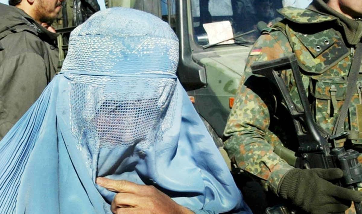 Burka peittää naisen kasvot kokonaan.