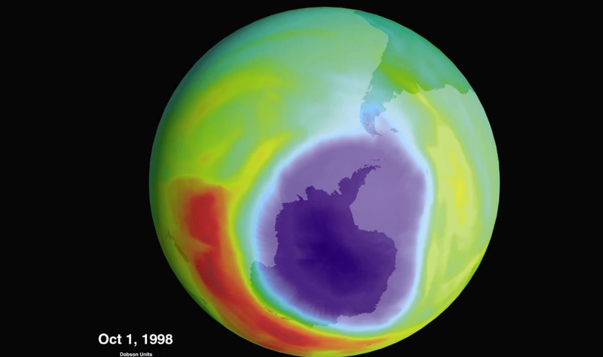 Otsonikerroksen paksuuden mukaan väritetty kuva maapallosta.