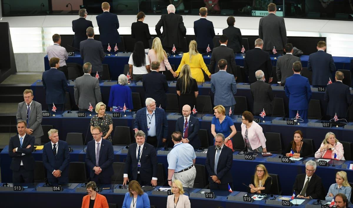 Brexitiä kannattavat brittimepit käänsivät selkänsä EU-hymnille.