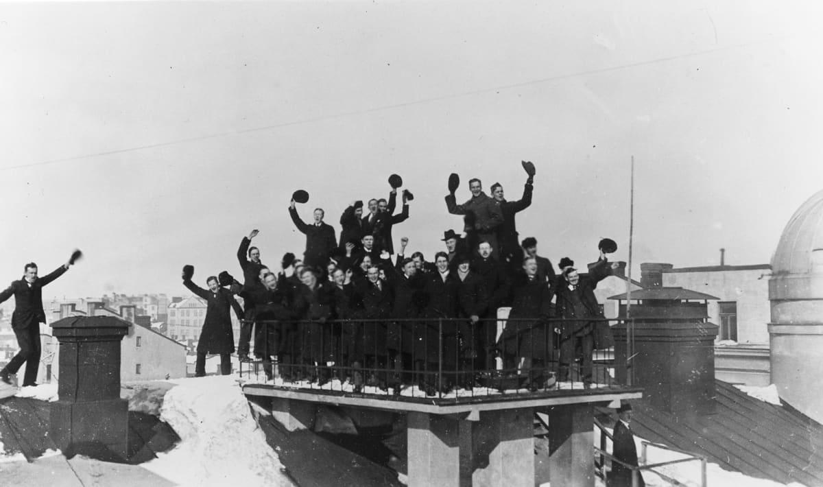 Teknillisen korkeakoulun ylioppilaat juhlivat koulunsa katolle Abrahaminkadulle nostettavaa leijonalippua.