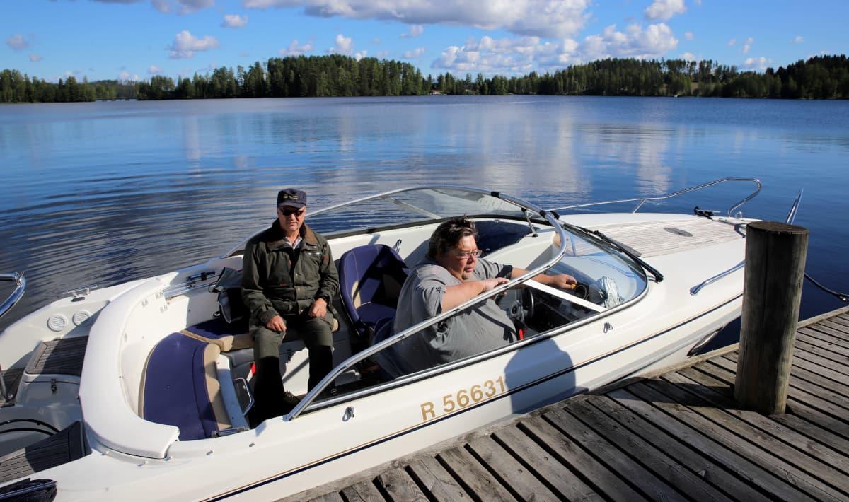 veneilijät Kari Mikkola ja Jouko Sipilä moottoriveneen kyydissä