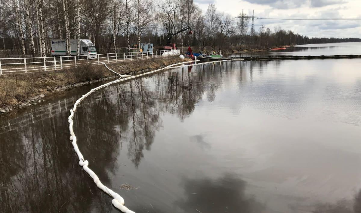 Öljyntorjuntapuomi Kokemäenjoessa Harjavallan voimalaitoksella.