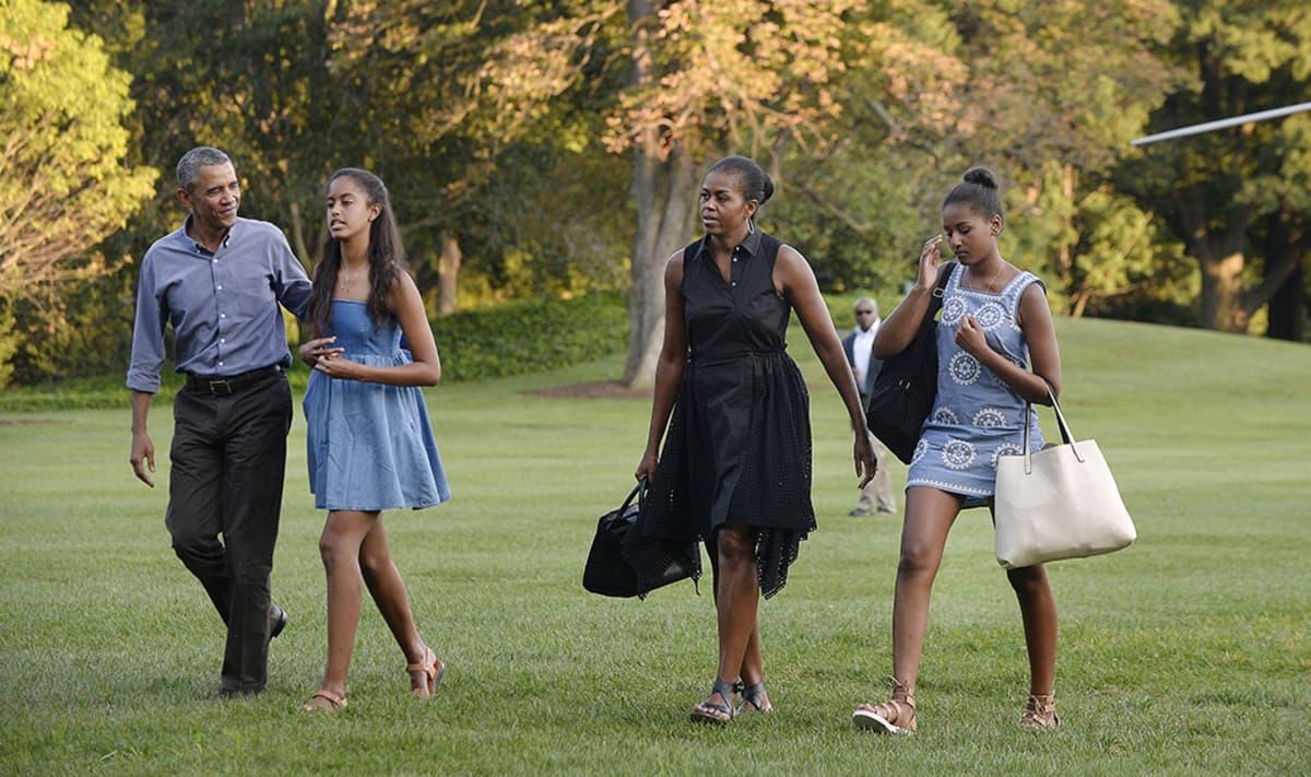 Barack Obama vaimonsa Michellen sekä tyttäriensä Malian ja Sashan kanssa 23. elokuuta 2015.