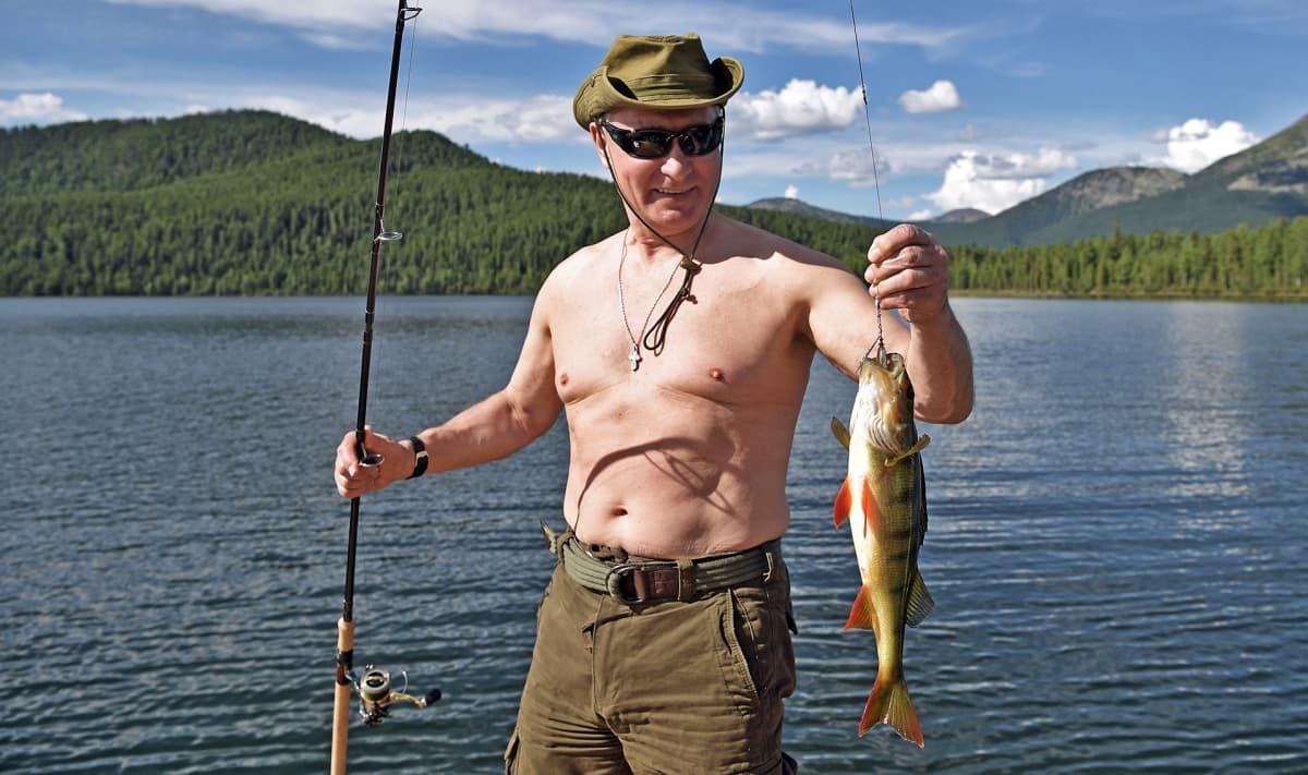 Putin onkivapa ja kala kädessä.