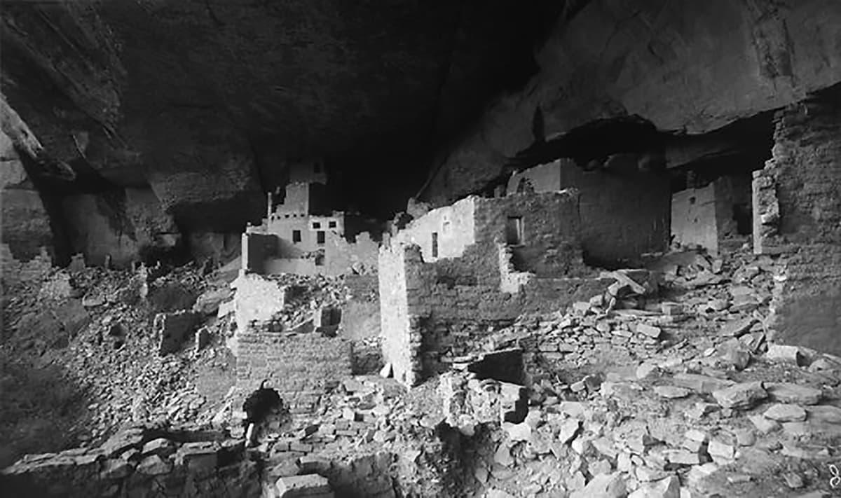 tiilirakennuksia kallioluolassa