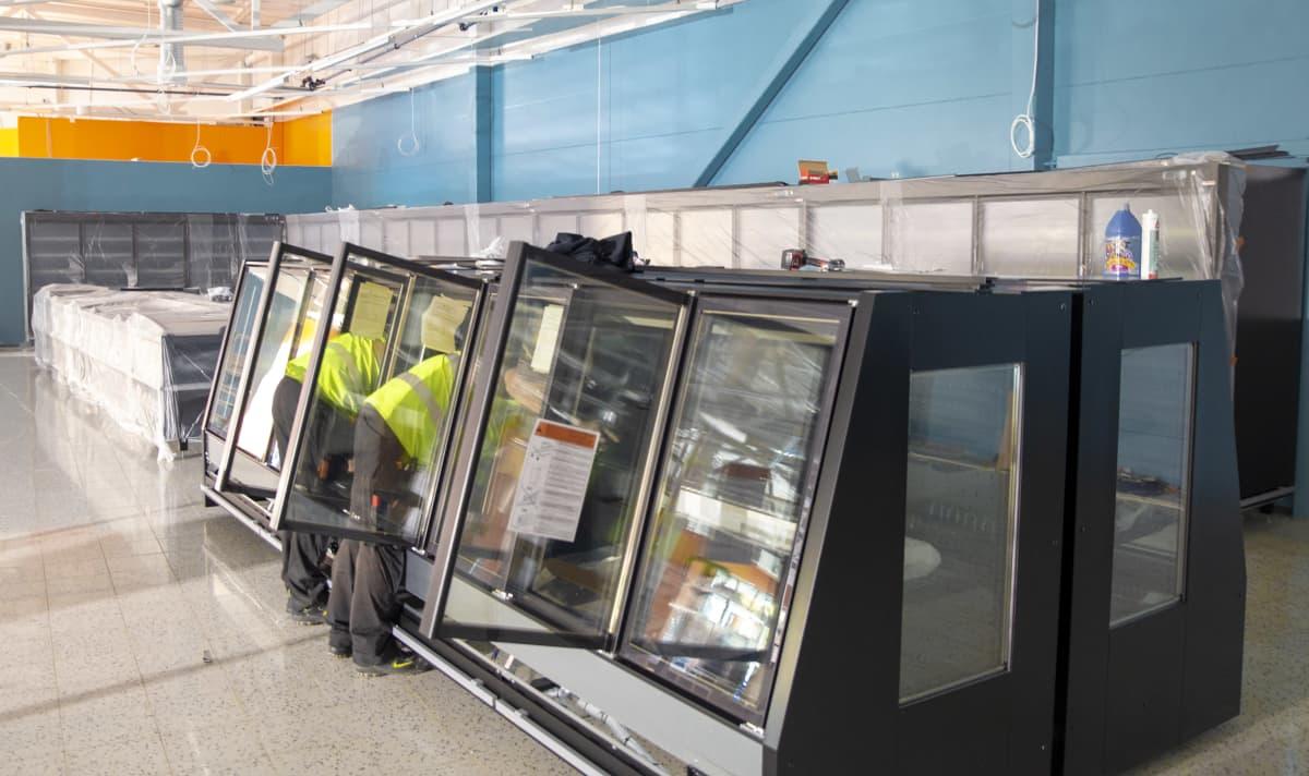 Markus Laakso ja Joni Lehtonen asentavat kylmälaitetta Lahden Vahva-Jussin alueelle rakenteilla olevaan K-Supermarkettiin.