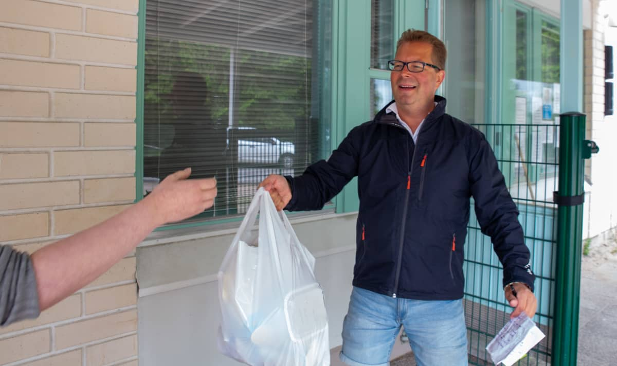 Jan Ekebom, Manna-avusta, jakaa ruokakasseja hakijoille.