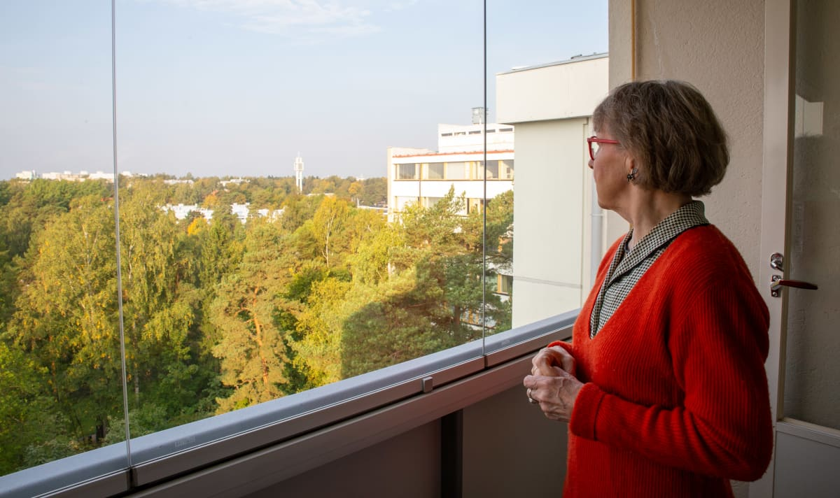 Sirkka-Liisa Kivelä katselee Munkkivuoren kirkon tapulia.