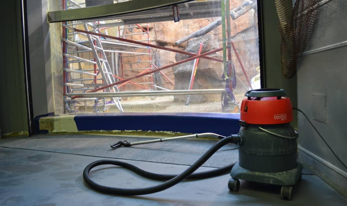 Ikkunan läpi näkyy Itämeri-altaaseen, joka on remontissa.