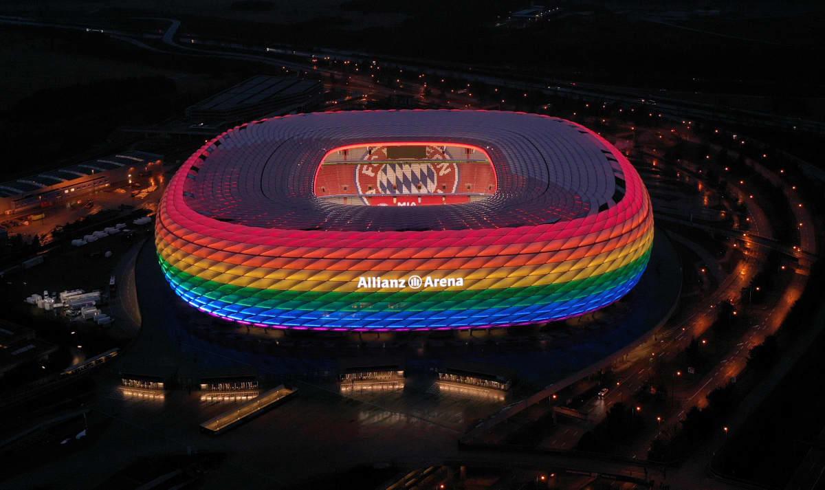 Allianz Arena valaistiin jo tammikuussa Bayern Münchenin ottelussa sateenkaaren väreihin