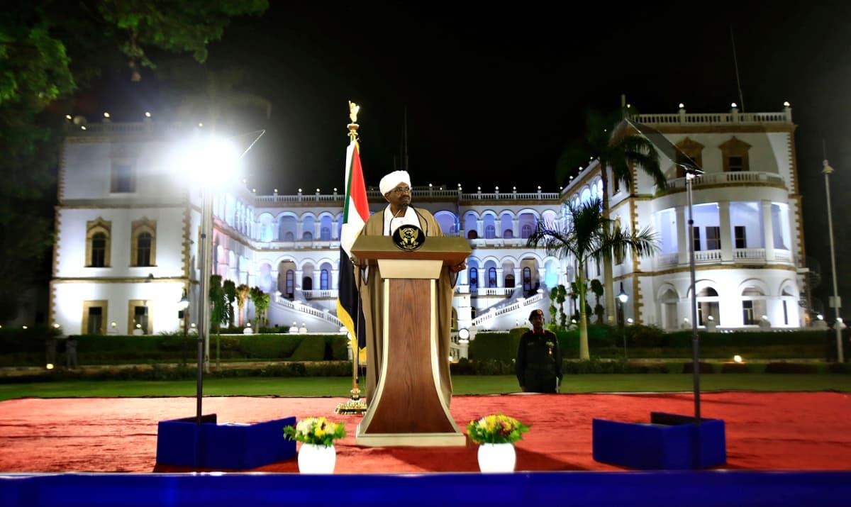 Sudanin presidentti Omar al-Bashir pitämässä puhettaan 22. helmikuuta lähellä palatsiaan Sudanin pääkaupungissa Khartoumissa.