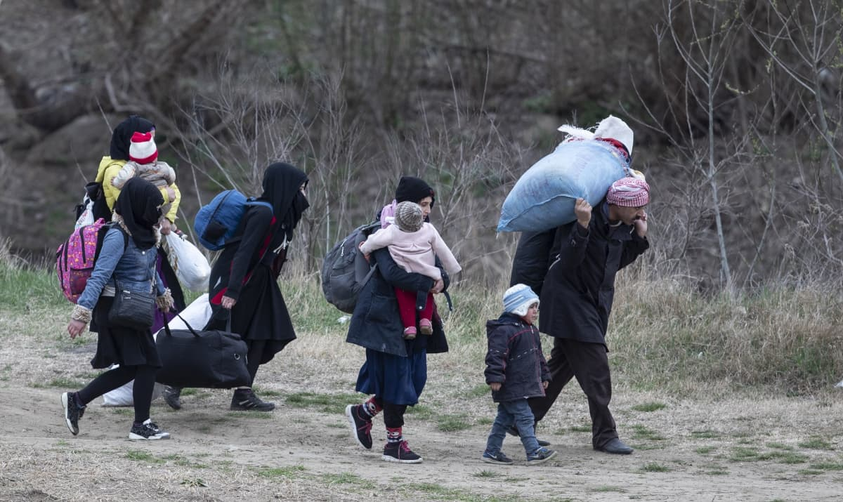 Pakolaisperhe pyrkimässä Kreikkaan Turkin Edirnen kaupungin lähellä maliskuussa 2020.