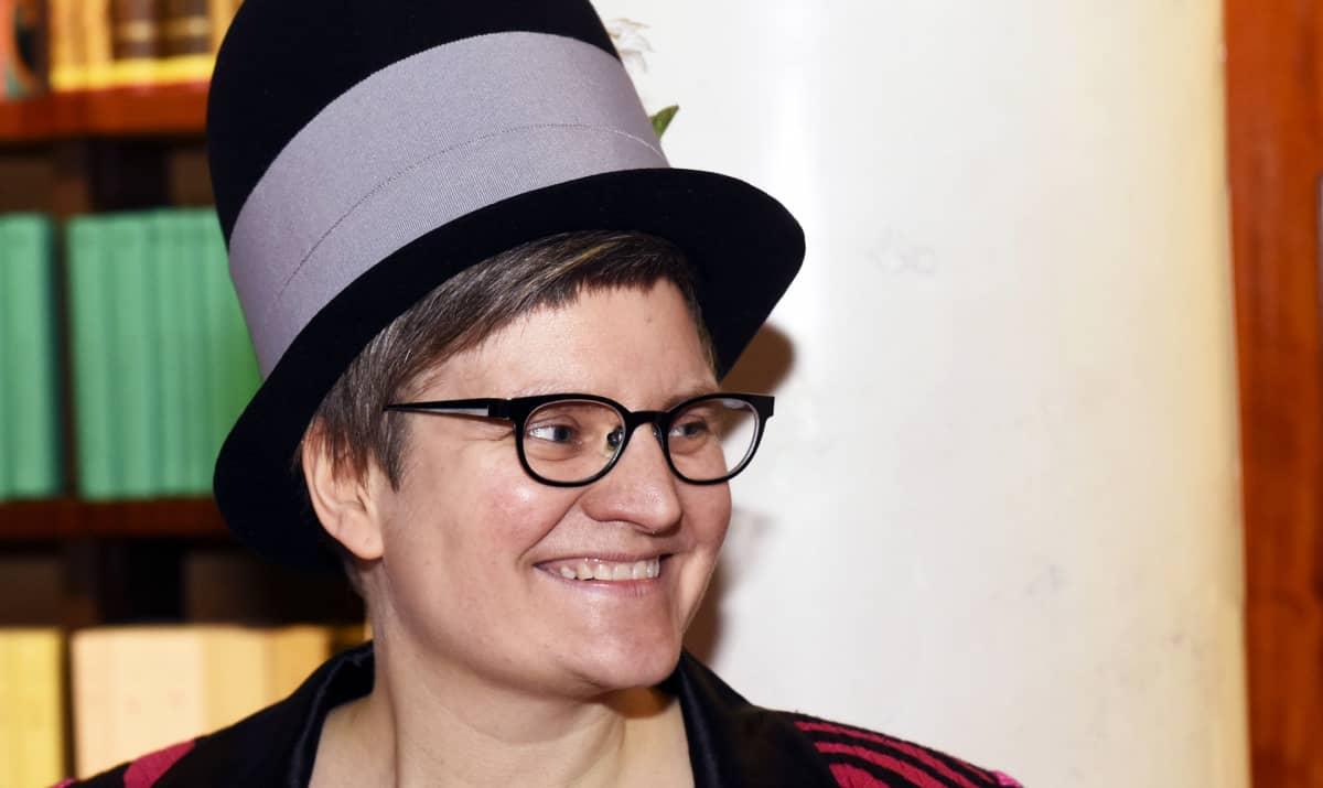 Tiitu Takalo vastaanotti Suomen sarjakuvaseura perinteisen Puupäähattu-palkinnon Helsingissä 17. tammikuuta 2017.