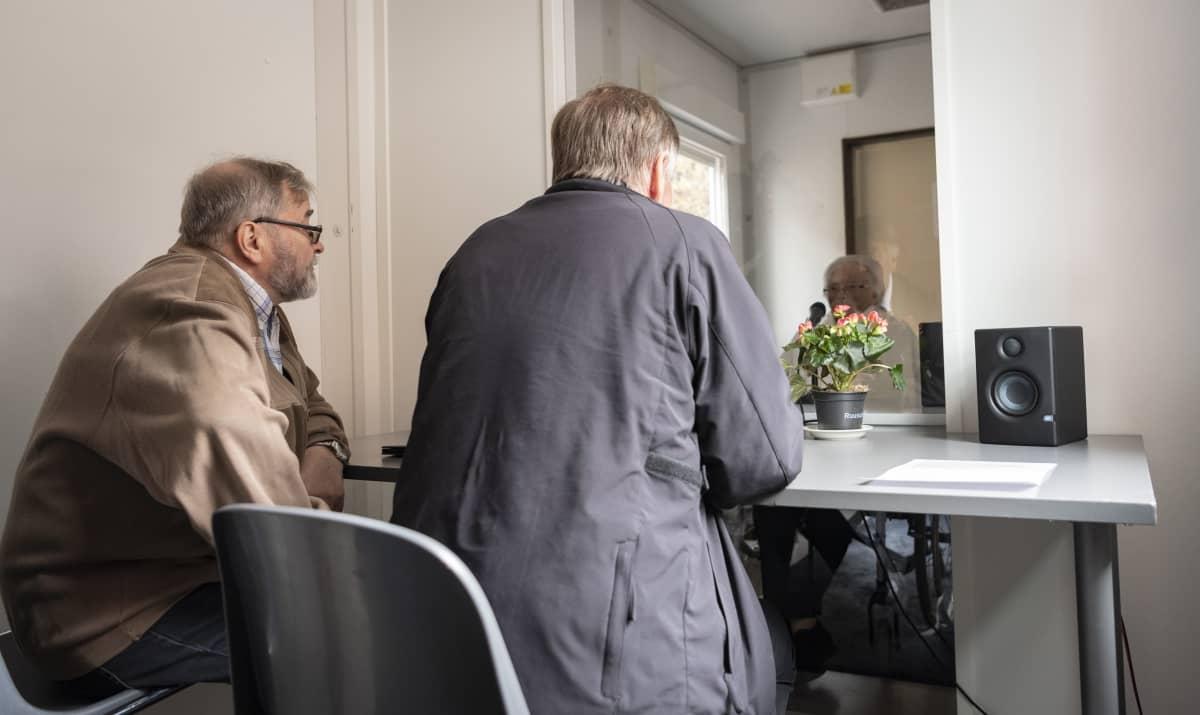 Timo ja Jouko Keltanen tapaamassa äitiään Ritvaa Wilhelmiinan tapaamistilassa.
