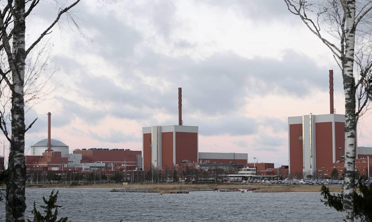 Olkiluodon ydinvoimalaitoksen kolme yksikköä Eurajoella 16. joulukuuta 2014. Rakenteilla oleva OL3-yksikkö näkyy kuvassa vasemmalla.