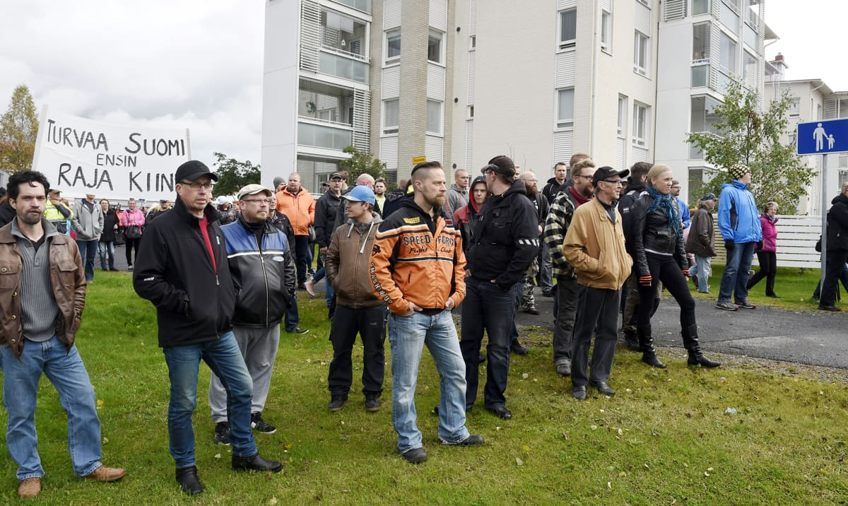 Ihmisiä saapumassa kansanmieliseen ja pakolaisia vastustavaan Rajat kiinni! mielenosoitukseen Tornion matkakeskuksen edustalla lauantaina 19. syyskuuta.