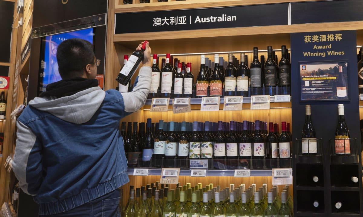 Mies katsoo australialaisia viinejä kaupassa Shanghaissa.