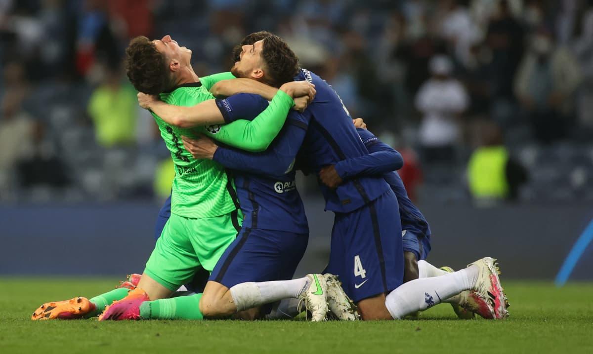 Chelsean pelaajat juhlivat polvillaan voittoa.