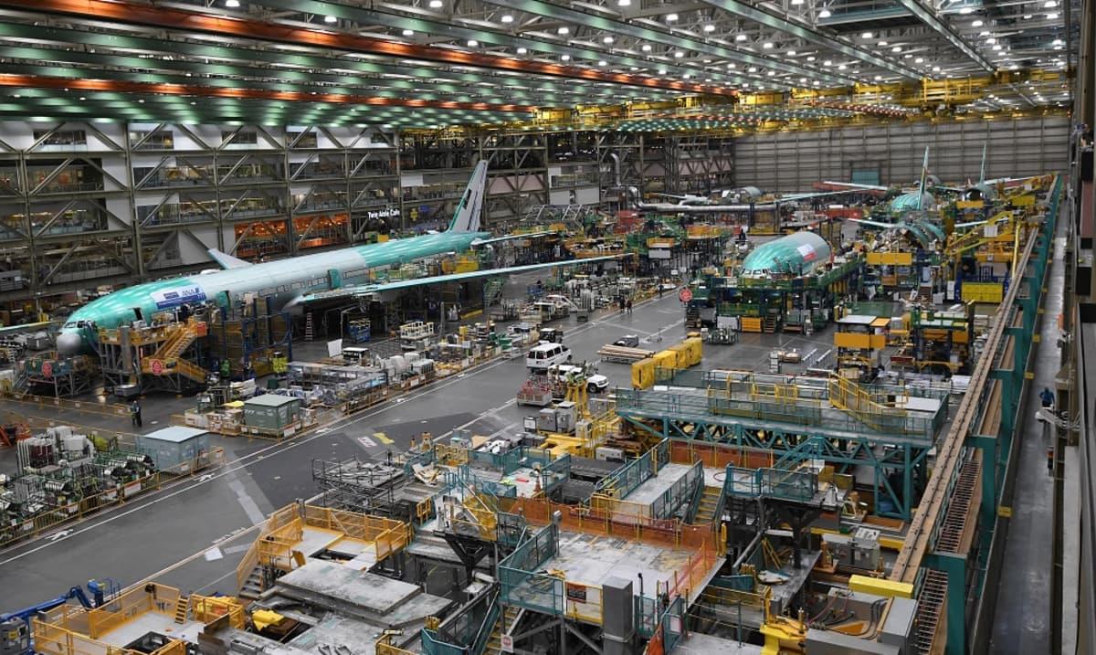 Lentokonetta valmistetaan suuressa teollisuushallissa.