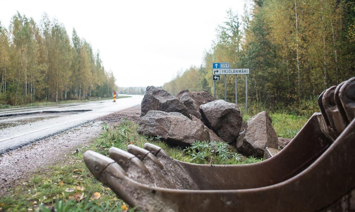 Anjalantietä korjattiin syksyllä 2015. Tien varrella on kiviä ja kauha.