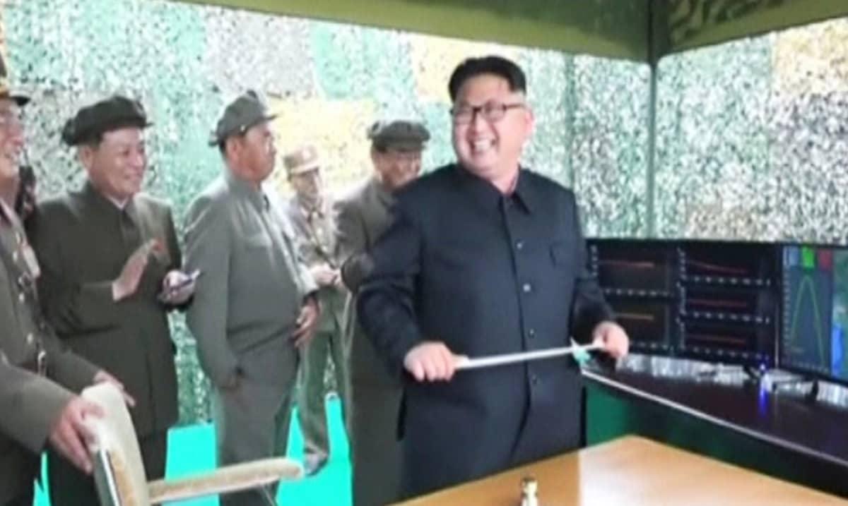 Pohjois-Korean johtaja Kim Jong Un iloitsee seurattuaan ohjuskokeen onnistumista.